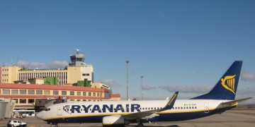 Ryanair: Passenger late for flight jumps on to runway