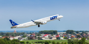 A LOT Polish Airlines employee borrowed money from passengers for aircraft repairs